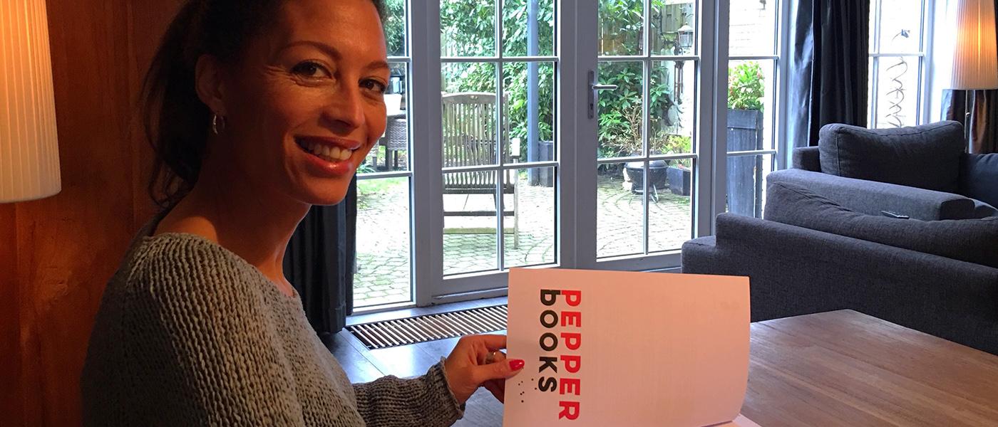 Maureen du Toit tekent boekcontract bij Pepper Books